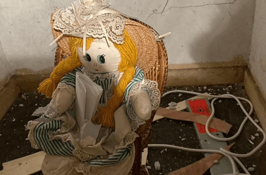 Bleu shtëpi të re, pronari tronditet nga mesazhi që gjen brenda kukullës në mur