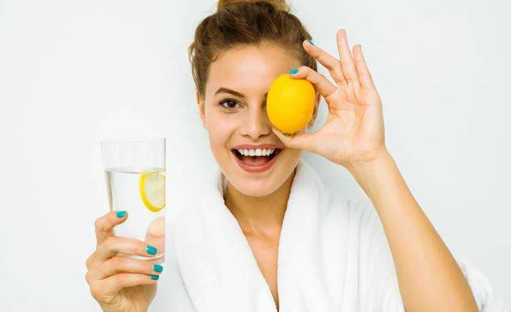 Çfarë fitoni nëse pini ujë me limon çdo mëngjes