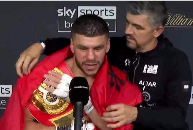 Emocionuese: Momenti kur trajneri grek i hedh mbi supe flamurin shqiptar Markut