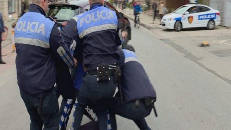 Sherr me klientët në lokal, policia e shoqëron, durrsaku godet efektivët