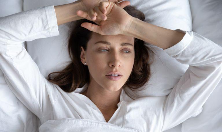 Pse nuk mund të flini edhe pse ndiheni të lodhur?