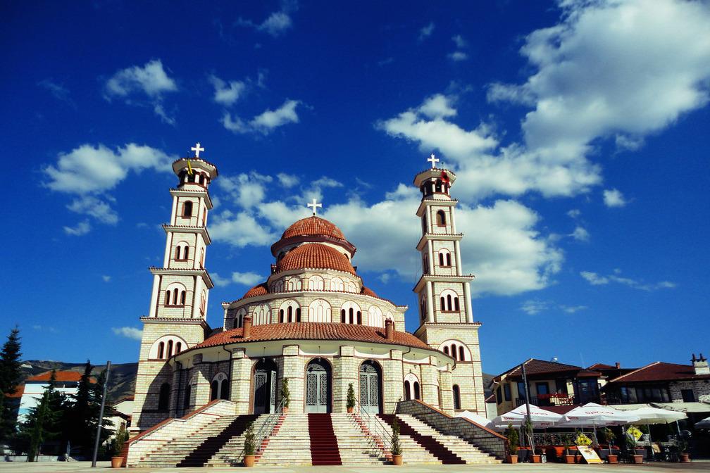 Vidhet Katedralja në Korçë, dy persona futen gjatë natës dhe marrin lekët nga arkat e besimtarëve