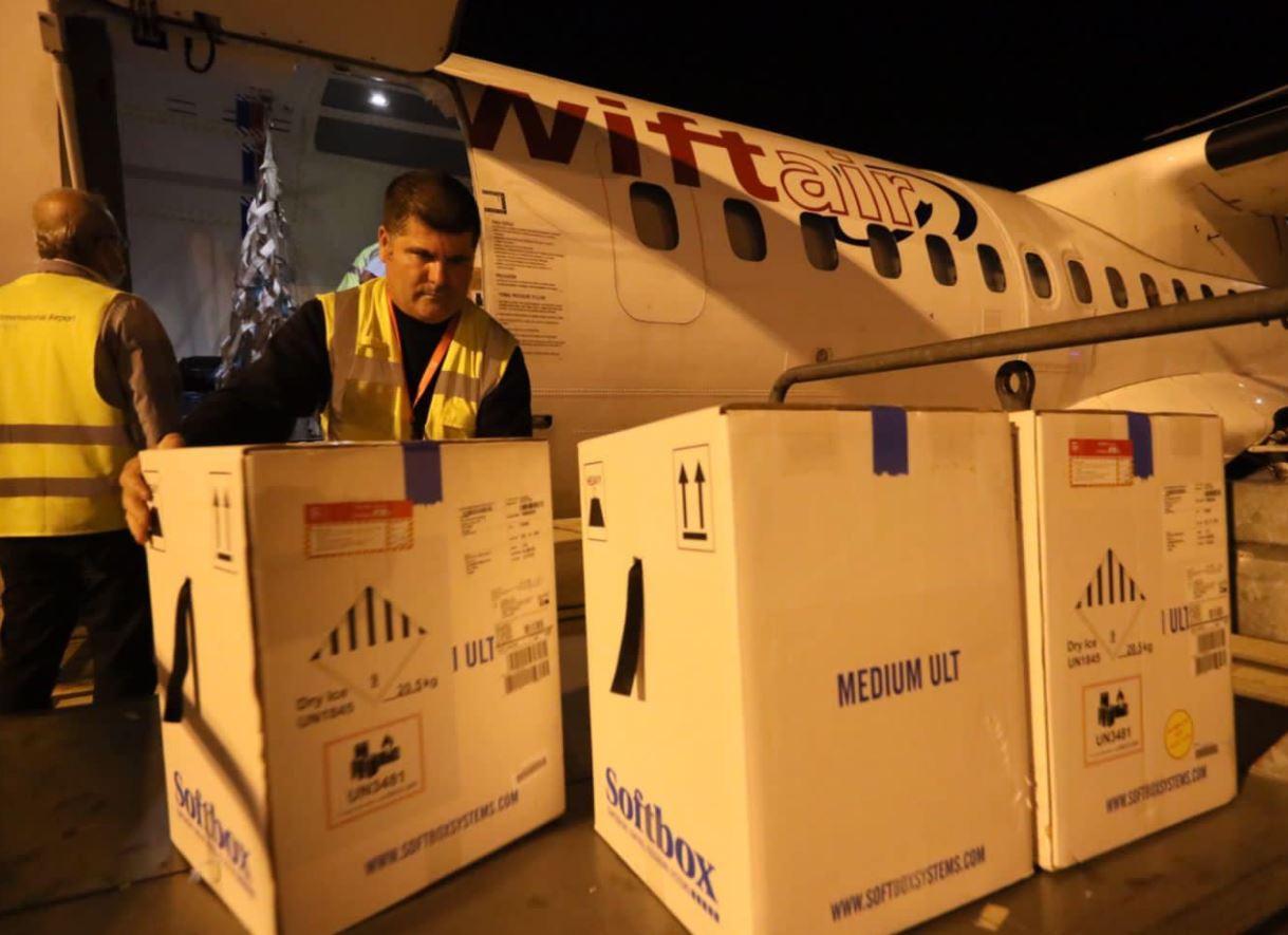 Mbërrijnë në Rinas mbi 30 mijë doza vaksine Pfizer