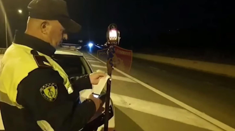 """""""Fluturonin"""" me makinë, """"rrugorja"""" aksion në Elbasan-Tiranë, ndëshkohen për shpejtësi 28 shoferë"""