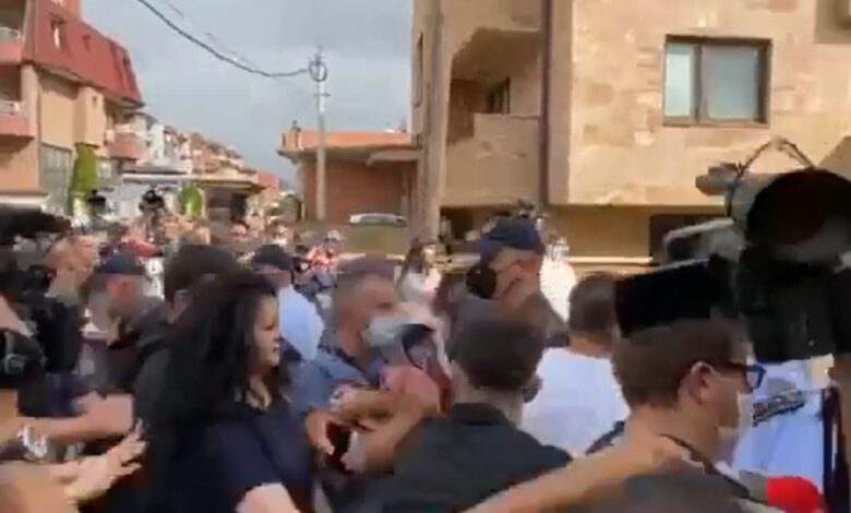 """""""Poshtë qeveria""""/ Tragjedia në Tetovë, protestuesit thyejnë kordonin e policisë, nisen drejt zyrave të BDI-së"""