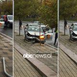 Makina e policisë përplaset me shtyllën në Tiranë