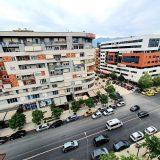 Burri rreh gruan në Tiranë, ajo hidhet nga ballkoni për t'i shpëtuar dhunës