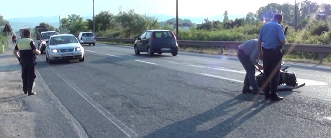 """Aksident me një të plagosur në Fushë-Krujë, """"Benzi"""" përplaset me motorin"""