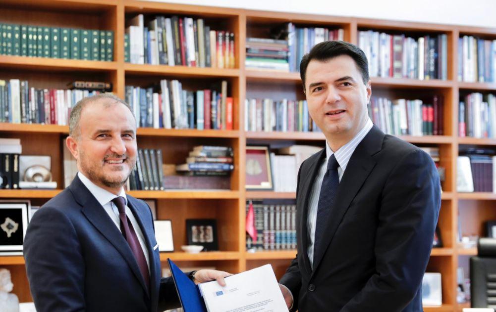 Soreca i dorëzon Bashës progres-raportin e KE-së: Roli i opozitës, jetësor në implementimin e rekomandimeve