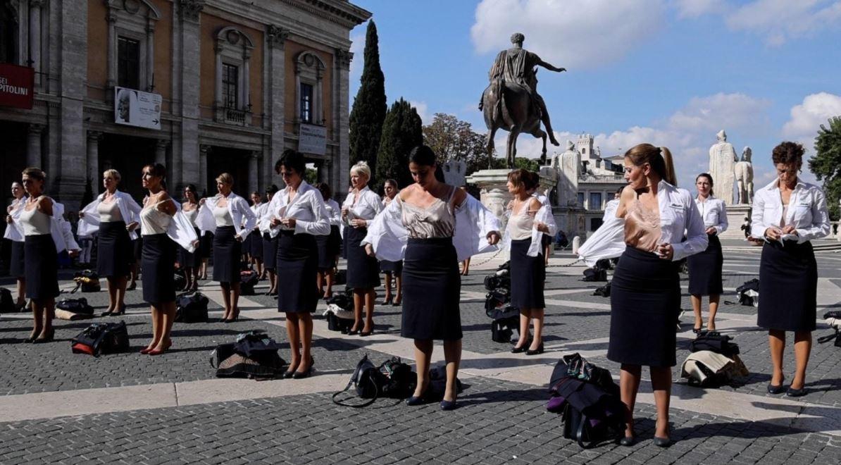 """""""Alitalia"""" falimentoi, stjuardesat zhvishen në mes të sheshit në shenjë proteste (FOTO)"""