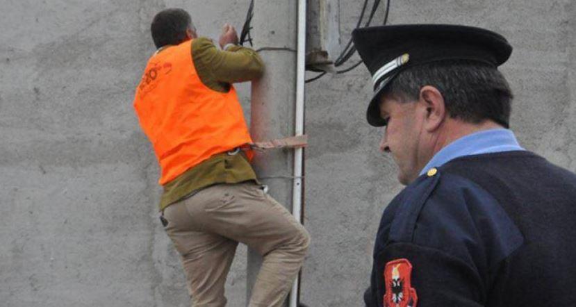Arrestohen për vjedhje të energjisë zyrtari i bashkisë Skrapar dhe biznesmeni i pularisë