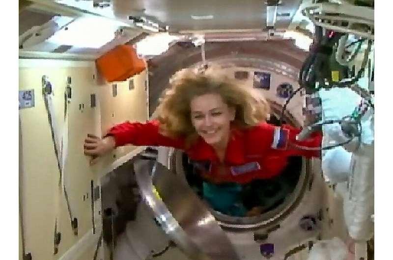 Ekuipazhi rus mbërrin në stacionin hapësinor për të xhiruar filmin e parë në orbitë