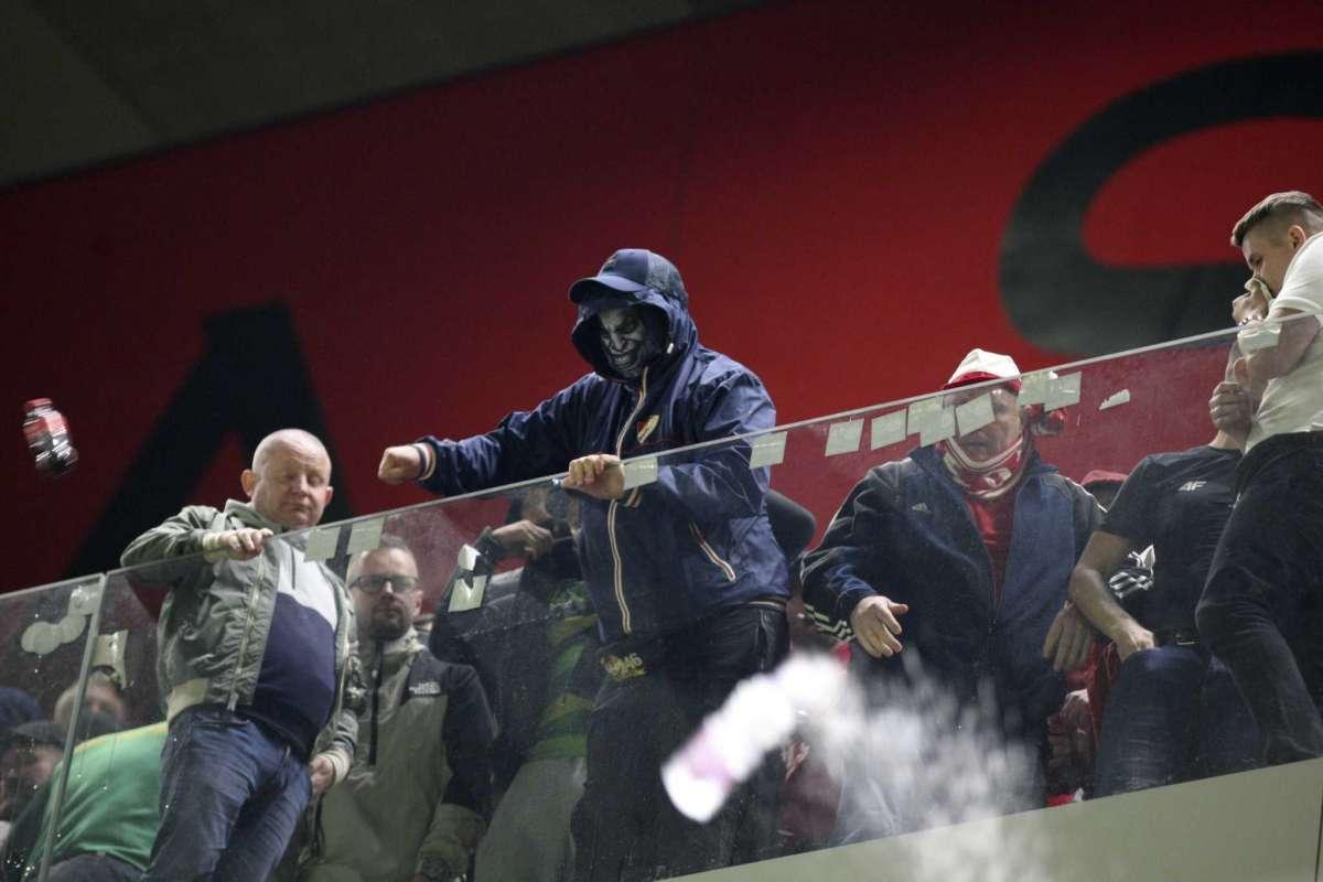 FOTO/ Jo vetëm shishe uji, gazetari polak: Tifozët shqiptarë goditën edhe me çakmakë e telefona