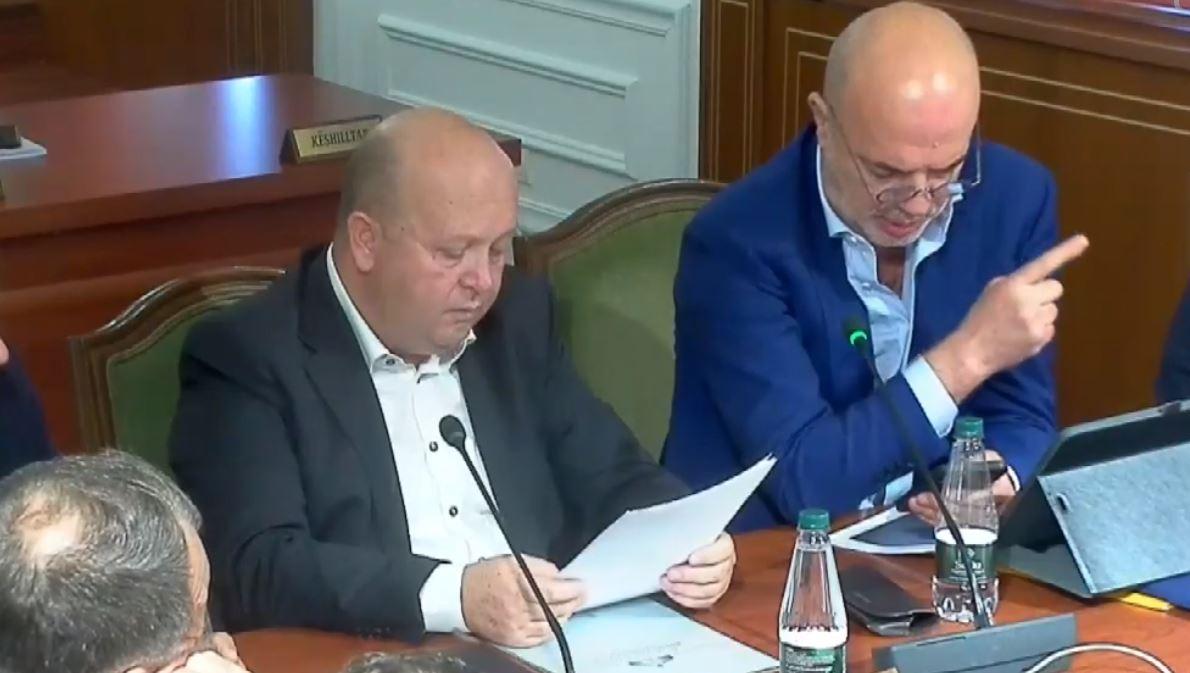 """Kriza, Zv.ministri i energjisë """"këshilla"""": Me një çikë kujdes, familjeve s'u duhen mbi 300 kv/h në muaj"""