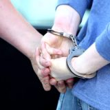 Ofronte vajzën e mitur për prostitucion, arrestohen nëna dhe partneri i saj