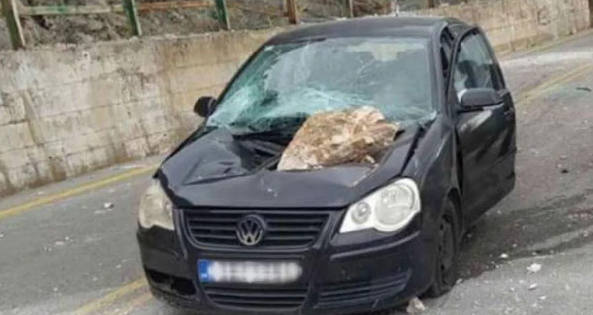 Kjo është mrekulli, si shpëtoi shoferi që i ra guri nga qielli mbi makinë (VIDEO)