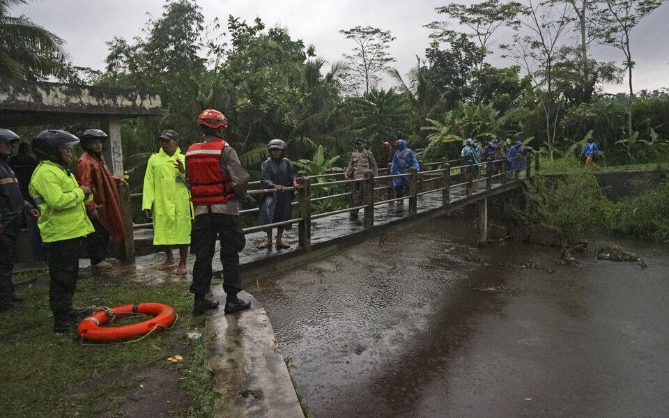 Bien në lumë humbin jetën 11 adoleshentë në Indonezi
