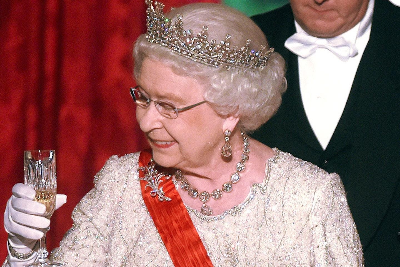 Më në fund alkool për Mbretëreshën Elizabeth, nga çfarë kanë frikë mjekët